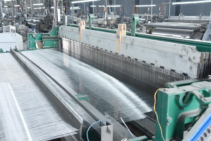 2000, expand the scale of weaving equipment to 10 sets, and assigned appropriate personnel for related posts